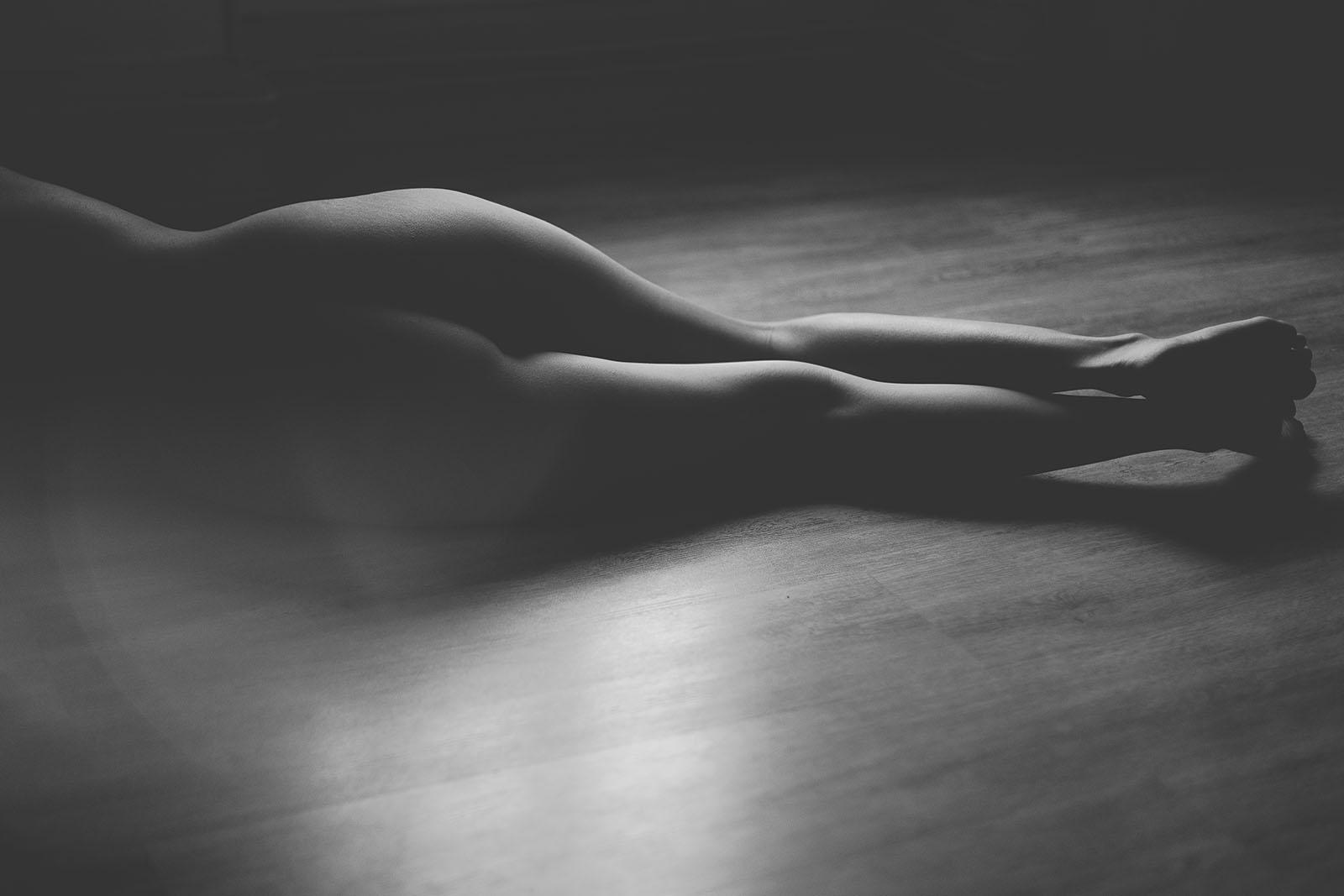 Séance photo glamour à Lyon femme seule Marie Laure, portrait en noir et blanc des fesses et des jambes. Blueberry corner photographe professionnel à Lyon et Clermont ferrand spécialisé dans la photo de charme, photo glamour et boudoir