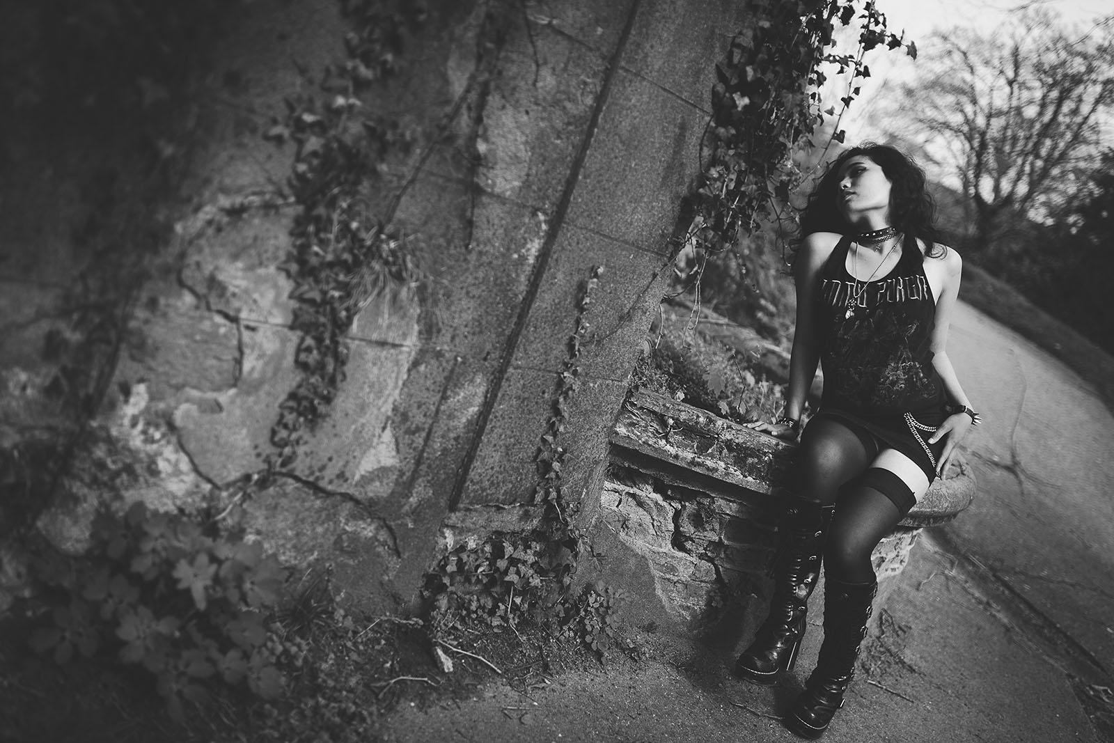 femme glamour en extérieur. Séance photo glamour en extérieur par un photographe professionnel à Lyon. Avec une fille mettalleuse en noir et blanc. Femme seule- Blueberry Corner photographe de photo glamour