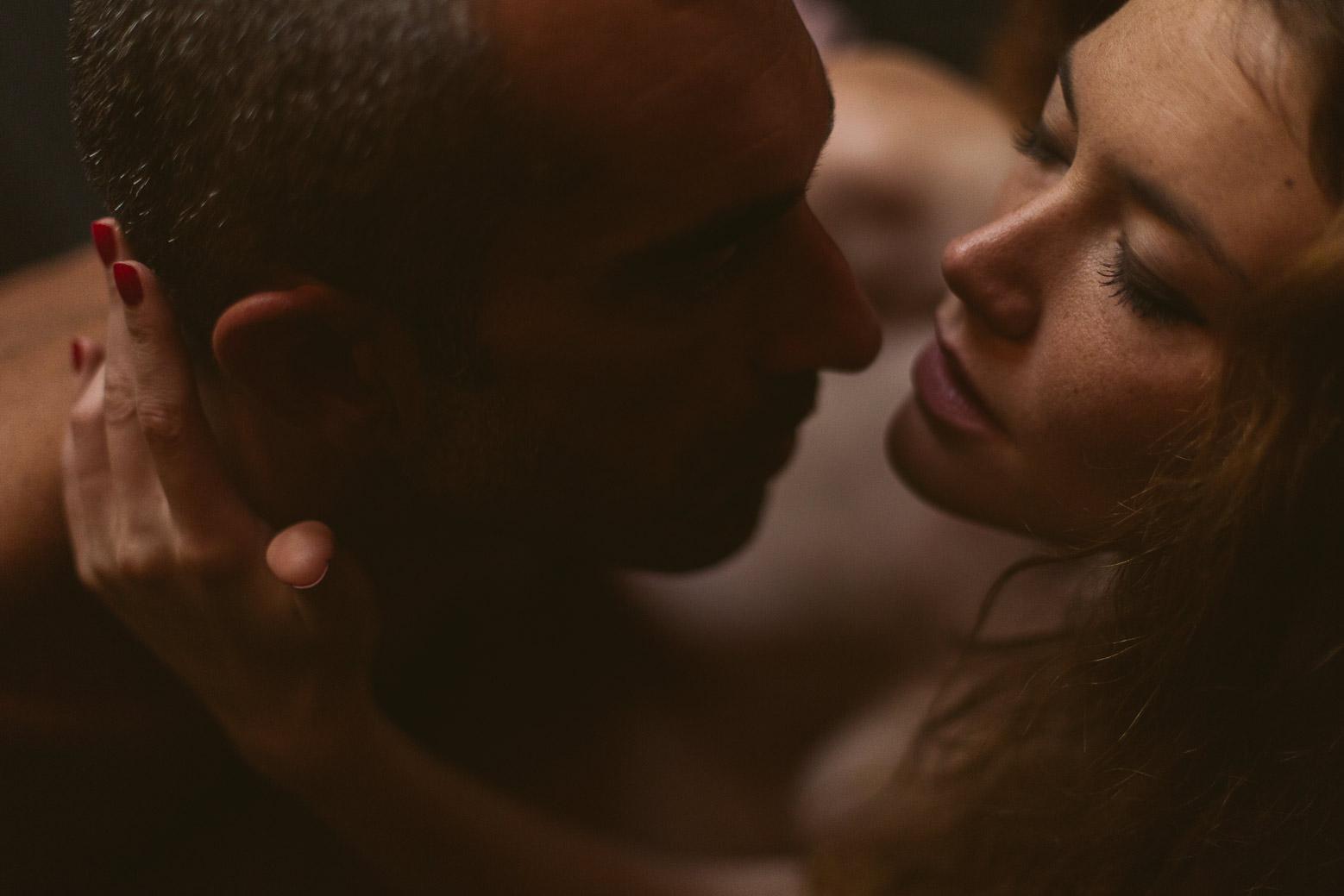 Séance photo intime en couple à Lyon magnifique baiser