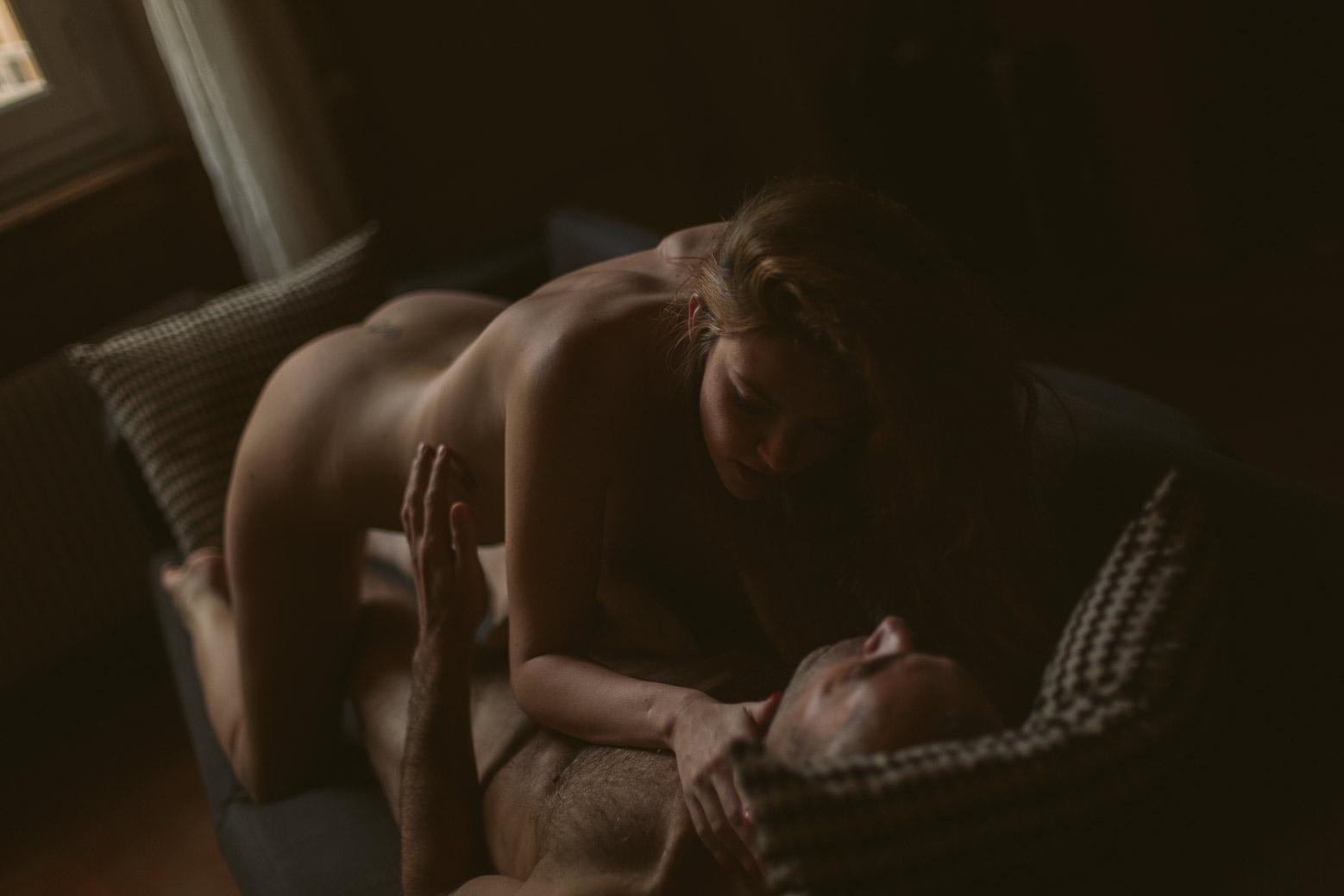 Séance photo intime en couple à Lyon sur le canapé