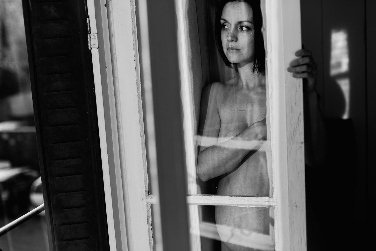Une belle séance photo grossesse reflet derrière une vitre