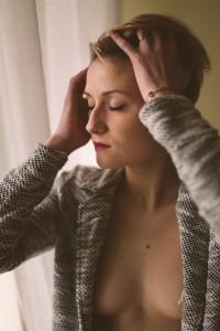 Justine, belle femme sein nus qui passe la main dans ses cheveux. Blueberry corner photographe professionnel à Lyon et Clermont ferrand spécialisé dans la photo de charme, photo glamour et boudoir