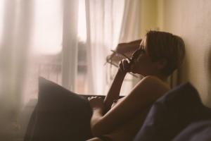 Une idée cadeau originale à Lyon Justine, une belle femme nu qui fume une cigarette. Blueberry corner photographe professionnel à Lyon et Clermont ferrand spécialisé dans la photo de charme, photo glamour et boudoir