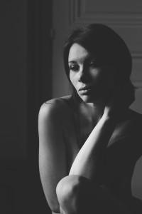 Sandrine et son beau portrait en noir et blanc devant la fenêtre. Blueberry corner photographe professionnel de portrait glamour et boudoir à Lyon et Clermont ferrand