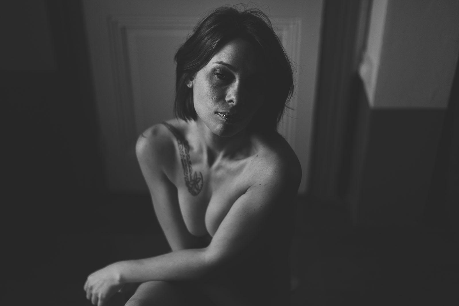 Séance glamour avec photographe à Lyon Sandrine un beau portrait glamour en noir et blanc plein de charme et sensualité. Blueberry corner photographe professionnel à Lyon et Clermont ferrand