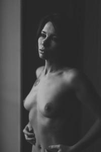 Sandrine portrait en noir et blanc très sexy en nu artistique à Lyon