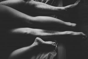 Séance photo portrait glamour en couple Chloë & Jordan. Les jambes d'un couple qui fait l'amour. Blueberry corner photographe professionnel à Lyon et Clermont ferrand spécialisé dans la photo de charme, photo glamour et boudoir