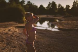 Séance photo intime en extérieur jolie femme en maillot de bain