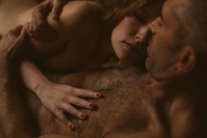 Séance photo intime en couple à Lyon détail main sur torse