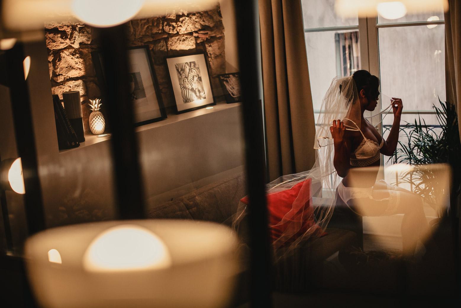 Le boudoir de la mariée, à Lyon avec un photographe spécialiste de l'intime et du mariage. Blueberry Corner photographe boudoir à Lyon pour couple et femme
