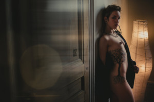 Piercing et tatouages, une séance photo boudoir alternative