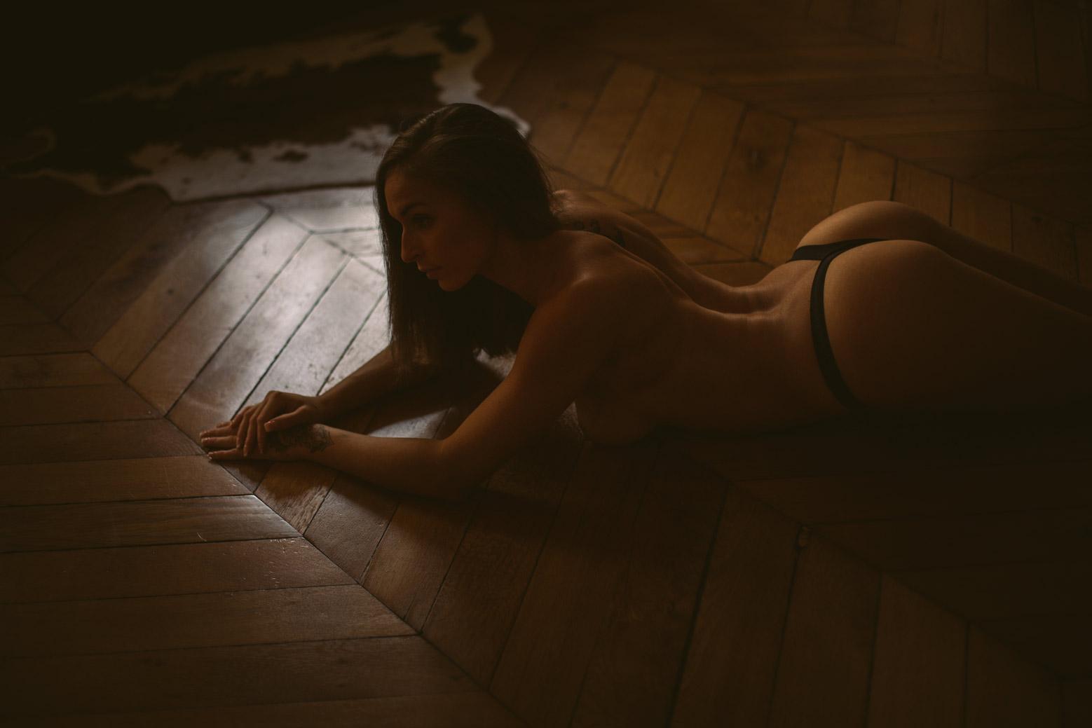 Une séance photo boudoir sportive avec une femme sensuelle, élégante et des courbes parfaites