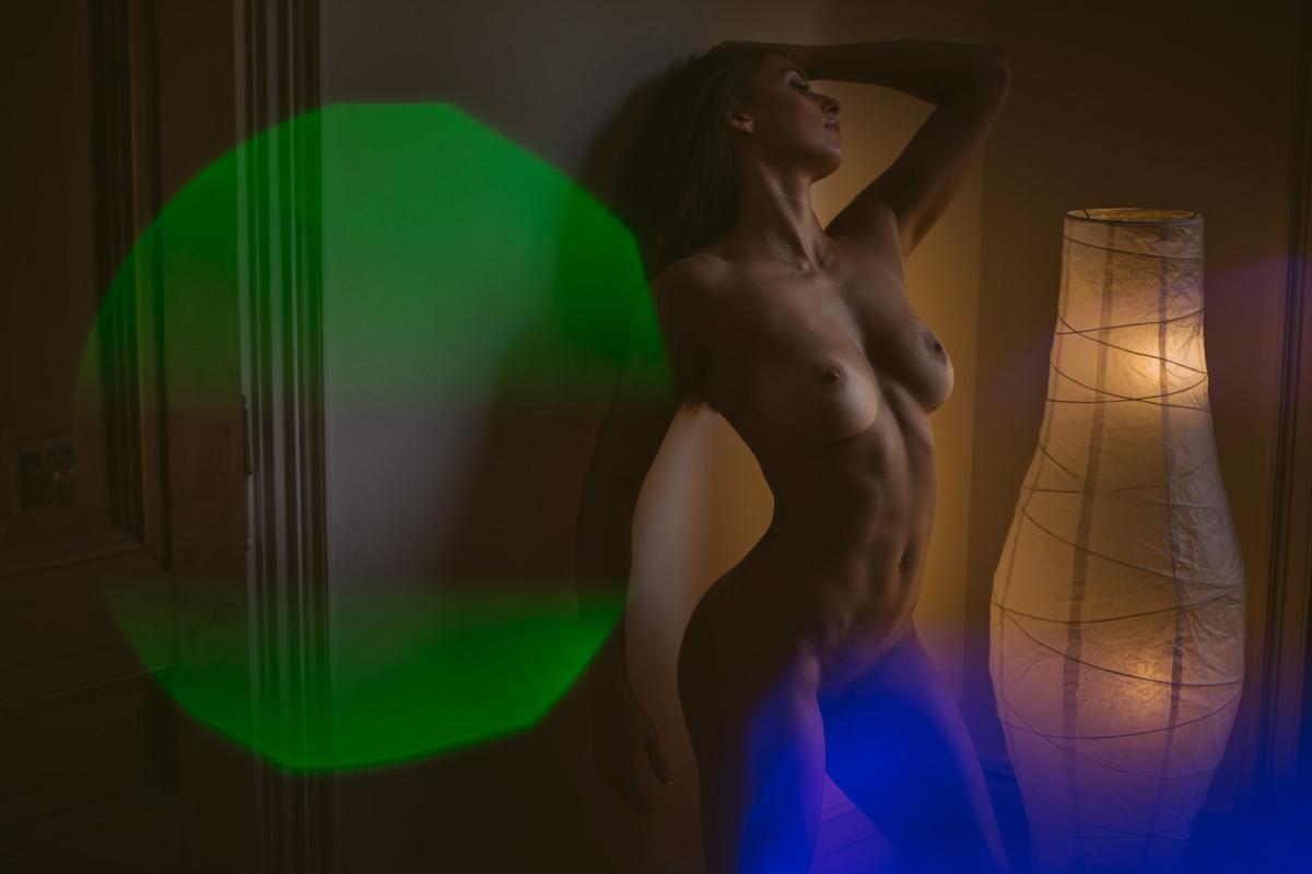 Une séance photo boudoir sportive avec une femme sensuelle, élégante et des courbes parfaites. Blueberry Corner photographe boudoir à Lyon pour couple et femme