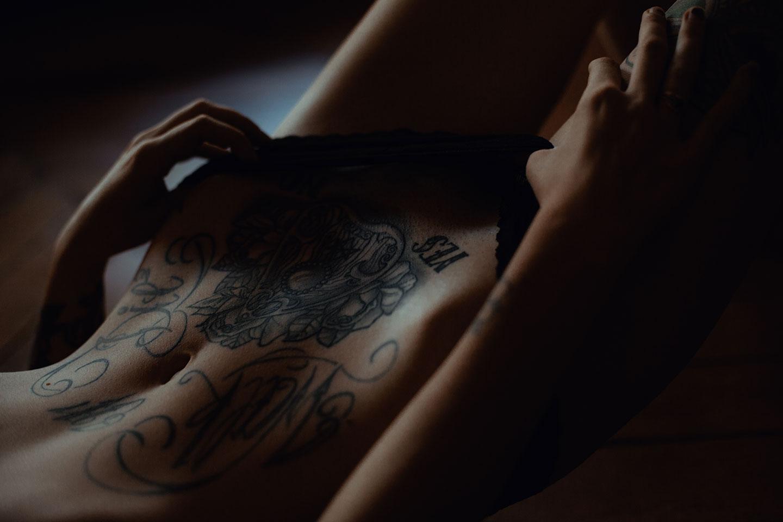 Une séance intime avec une très belle femme tatouée